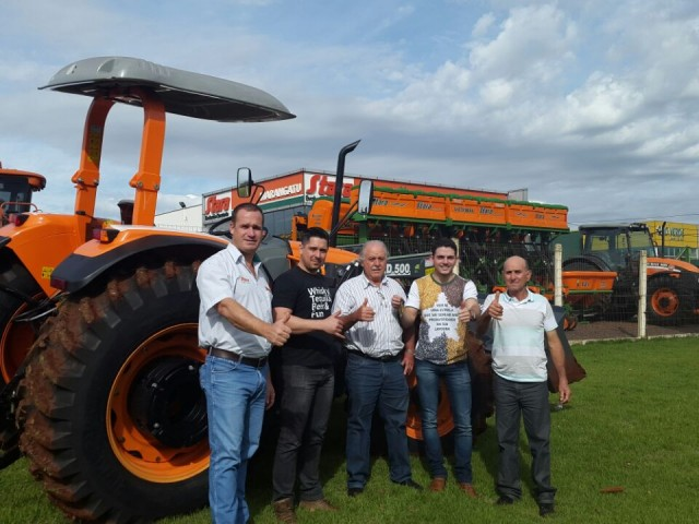 Dealer Marangatu performs delivery of a ST MAX 105 tractor in Paraguay