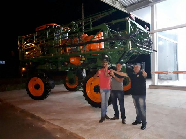 Agricenter dealer delivers the Gladiador 2300 sprayer in Tenente Portela, RS – Brazil.